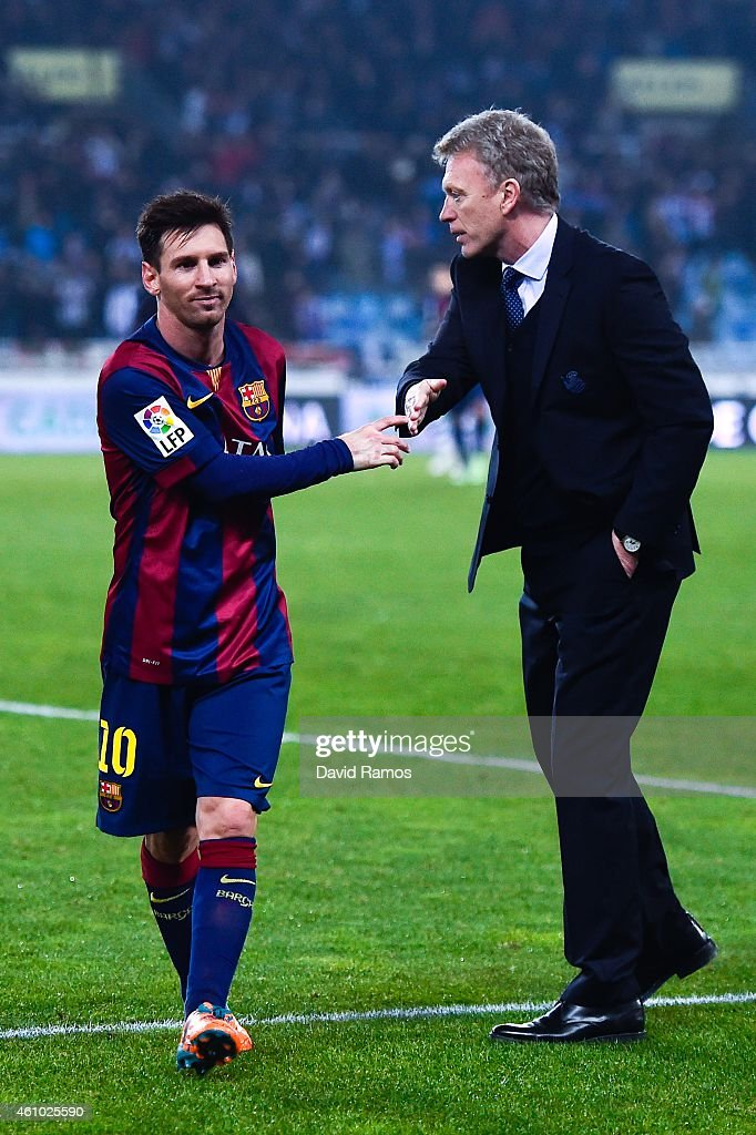 Head coach David Moyes of Real Sociedad shakes hands with Lionel Messi of FC Barcelona at the end of the La Liga match between Real Sociedad de Futbol and FC Barcelona at Estadio Anoeta on January 4, 2015 in San Sebastian, Spain.