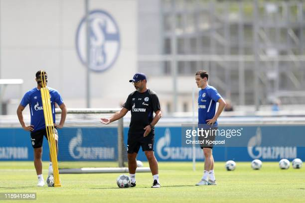 Head coach David Wagner of Schalke gives instrcuctions to Ozan Kabak and Sebastian Rudy during the FC Schalke 04 training session at Training Ground...