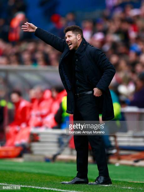 Head coach Diego Pablo Simeone of Atletico de Madrid gives instructions during the La Liga match between Club Atletico de Madrid and Valencia CF at...