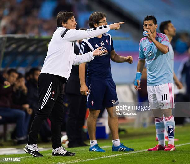 Head coach Eduardo Berizzo of Celta Vigo gives instructions to his players during the La Liga match between Celta Vigo and FC Barcelona at Estadio...
