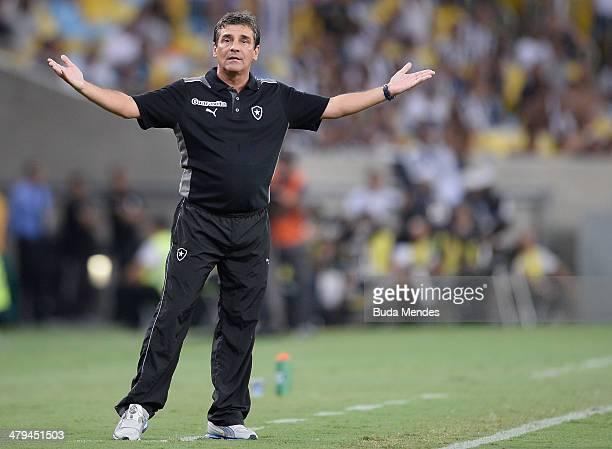 Head coach Eduardo Hungaro of Botafogo in action during a match between Botafogo and Independiente del Valle as part of Copa Bridgestone Libertadores...