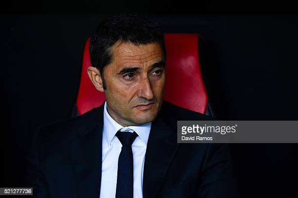 Head coach Ernesto Valverde of Athletic Bilbao looks on during the UEFA Europa League quarter final second leg match between Sevilla and Athletic...