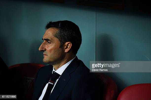 Head coach Ernesto Valverde of Athletic Club looks on during the UEFA Europa League Group F match between Athletic Club and SK Rapid Wien at San...