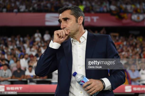 Head coach Ernesto Valverde of FC Barcelona looks on during the Spanish Copa del Rey match between Barcelona and Valencia at Estadio Benito...