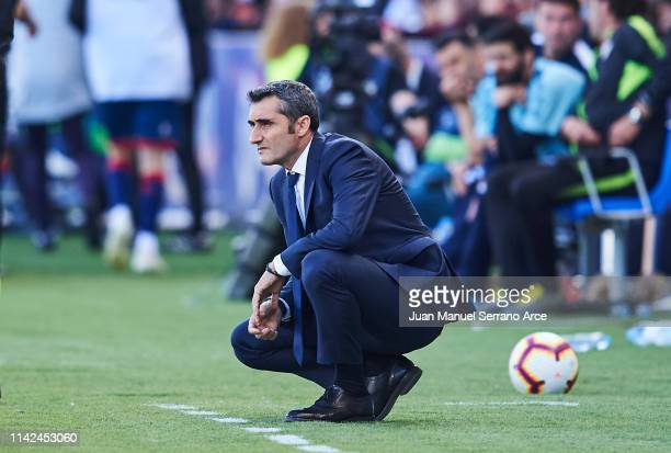 Head coach Ernesto Valverde of FC Barcelona looks on during the La Liga match between SD Huesca and FC Barcelona at Estadio El Alcoraz on April 13...