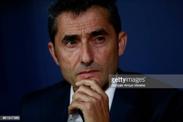 Head coach Ernesto Valverde of FC Barcelona reacts at the bench prior to start the La Liga match between Club Atletico Madrid and FC Barcelona at...