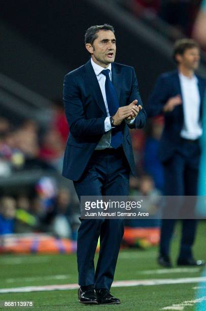Head coach Ernesto Valverde of FC Barcelona reacts during the La Liga match between Athletic Club Bilbao and FC Barcelona at San Mames Stadium on...
