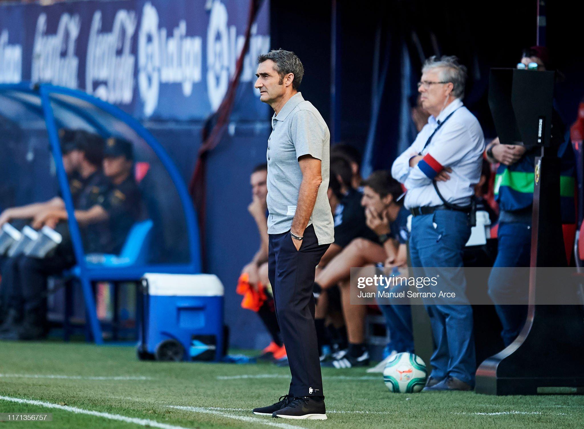 صور مباراة : أوساسونا - برشلونة 2-2 ( 31-08-2019 )  Head-coach-ernesto-valverde-of-fc-barcelona-reacts-during-the-liga-picture-id1171356757?s=2048x2048