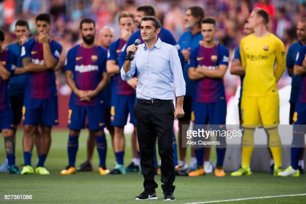 Head coach Ernesto Valverde of FC Barcelona speaks to the spectators before the Joan Gamper Trophy match between FC Barcelona and Chapecoense at Camp...