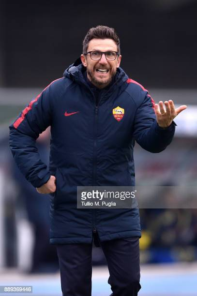 Head coach Eusebio Di Francesco of Roma issues instructions during the Serie A match between AC Chievo Verona and AS Roma at Stadio Marc'Antonio...