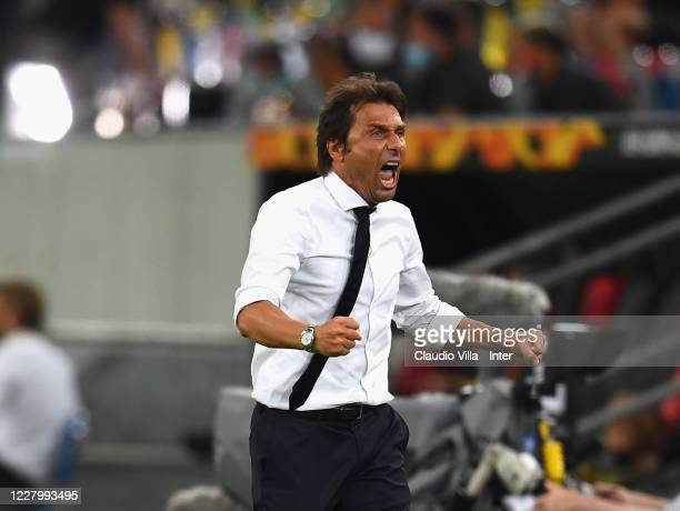 Head coach FC Internazionale Antonio Conte celebrates at the end of the UEFA Europa League Quarter Final between Inter and Bayer 04 Leverkusen at...