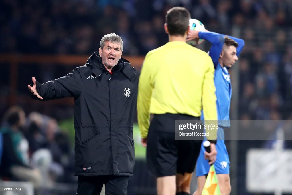 Head coach Friedhelm Funkel of Duesseldorf shouts at linesman Christian Leicher during the Second Bundesliga match between VfL Bochum 1848 and Fortuna Duesseldorf at Vonovia Ruhrstadion on October 30, 2017 in Bochum, Germany. The match between Bochum and Duesseldorf ended 0-0.
