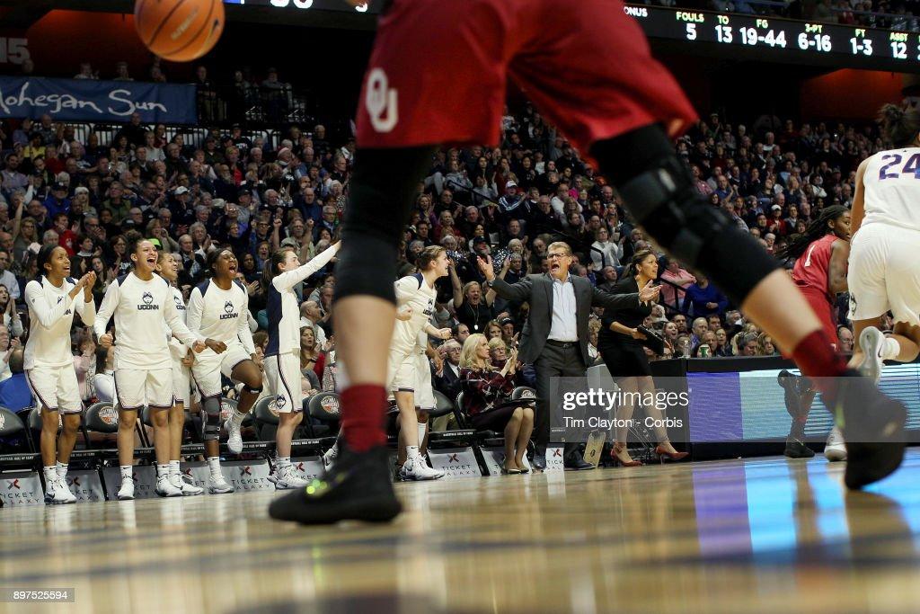 UConn Huskies Vs Oklahoma Sooners : ニュース写真