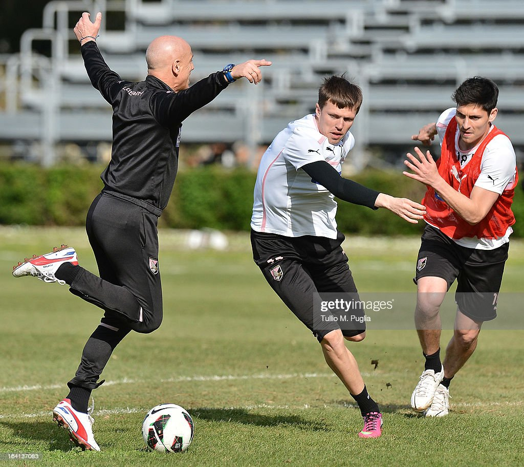 Head coach Giuseppe Sannino (L) and players Josip Ilicic (C) and Alejandro Faurlin in action during a Palermo training session at Tenente Carmelo Onorato Sports Center on March 20, 2013 in Palermo, Italy.