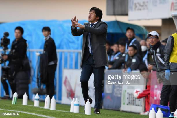 Head coach Hiroshi Nanami of Jubilo Iwata gives instruction during the JLeague J1 match between Jubilo Iwata and Kashima Antlers at Yamaha Stadium on...