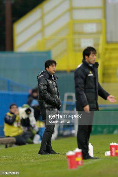 Head coach Hiroshi Nanami of Jubilo Iwata looks on during the JLeague J1 match between Kashiwa Reysol and Jubilo Iwata at Hitachi Kashiwa Soccer...