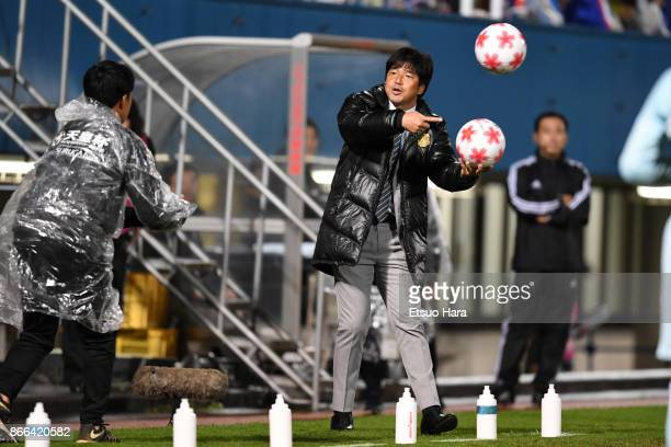 Head coach Hiroshi Nanami of Jubilo Iwata speaks to a ball boy during the 97th Emperor's Cup quarter final match between Yokohama FMarinos and Jubilo...