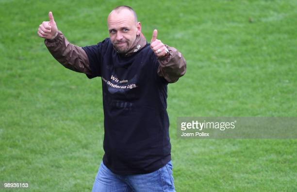 Head coach Holger Stanislawski of St. Pauli celebrate after the Second Bundesliga match between FC St. Pauli and SC Paderborn at Millerntor stadium...