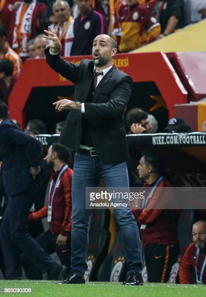 Head coach Igor Tudor of Galatasaray gives tactics to his team during the Turkish Super Lig match between Galatasaray and Fenerbahce at Ali Sami Yen...