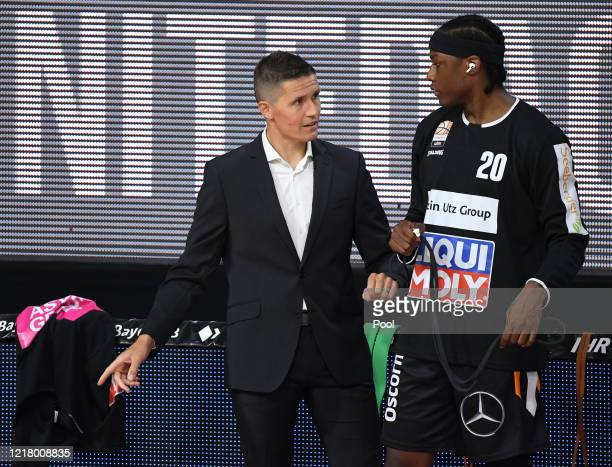 Head coach Jaka Lakovic speaks to Archie Goodwin of Ratiopharm Ulm prior to the EasyCredit Basketball Bundesliga match between FC Bayern Muenchen and...