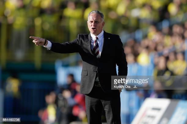 Head coach Jan Anders Jonsson of Sanfrecce Hiroshima gives instruction during the JLeague J1 match between Kashiwa Reysol and Sanfrecce Hiroshima at...
