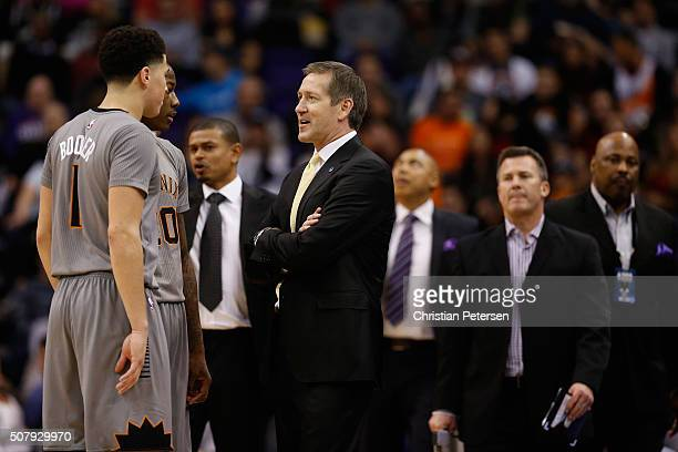 Head coach Jeff Hornacek of the Phoenix Suns talks with Archie Goodwin and Devin Booker during the first half of the NBA game against the San Antonio...
