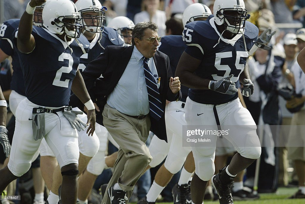 Joe Paterno leads his team onto the field  : News Photo