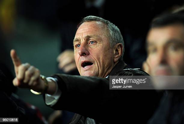 Head coach Johan Cruyff of Catalunya coaches his players during the international friendly match between Catalunya and Argentina at the Camp Nou...