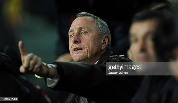 Head coach Johan Cruyff of Catalunya gestures to his players during the international friendly match between Catalunya and Argentina at the Camp Nou...