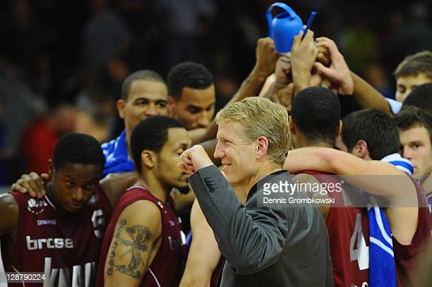 Head coach John Patrick of s. Oliver Baskets celebrates with players after the Beko BBL Bundesliga match between LTi Giessen 46ers and s. Oliver...