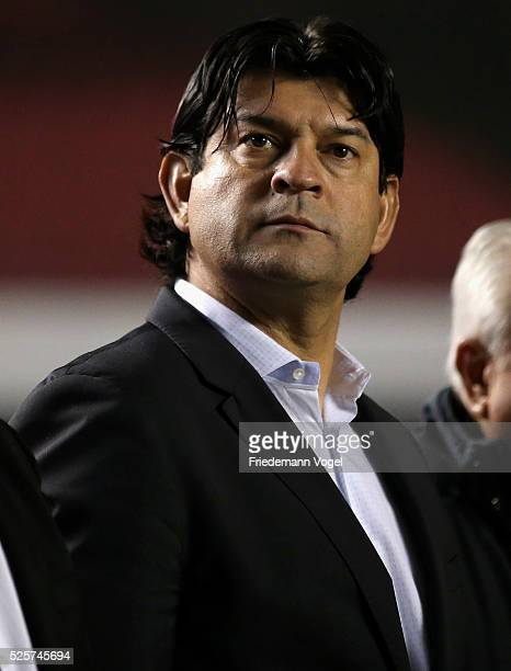 Head coach Jose Cardozo of Toluca looks on during a match between Sao Paulo and Toluca as part of Group 1 of Copa Bridgestone Libertadores at Morumbi...