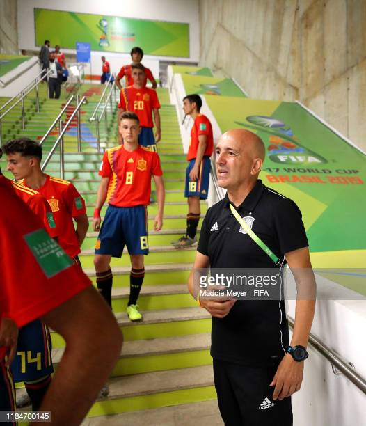 Head coach Juan Gordo of Spain speaks to his team in the tunnel before the FIFA U17 World Cup Brazil 2019 group E match between Spain and Tajikistan...
