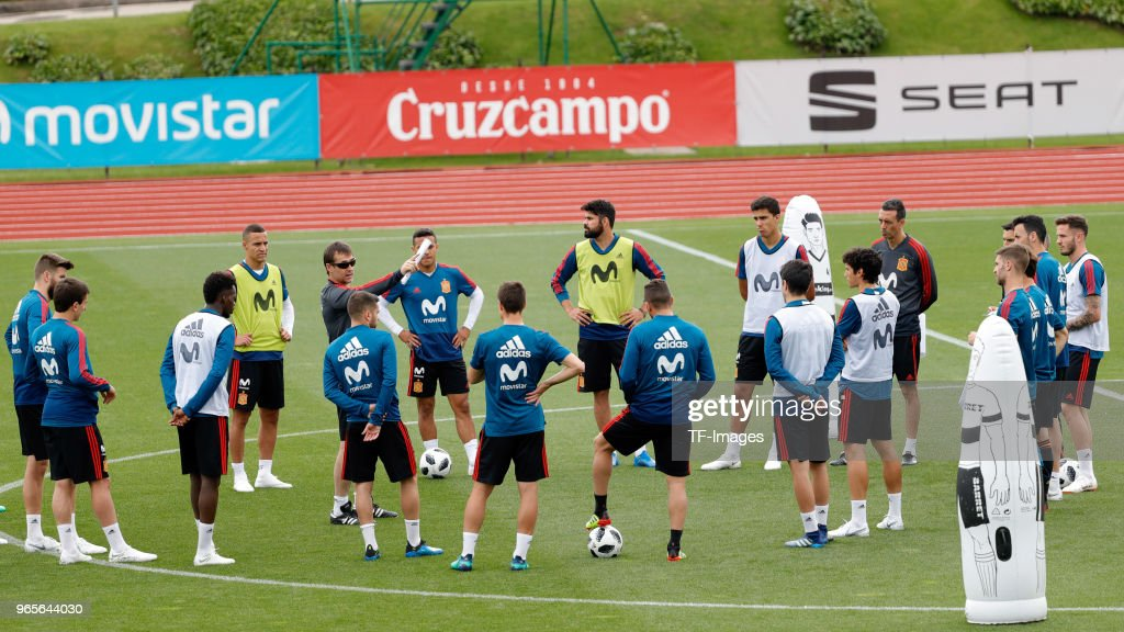 Head coach Julen Lopetergui of Spain speaks to his team during a training session on May 30, 2018 in Madrid, Spain.