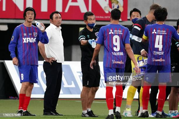 Head coach Kenta Hasegawa of FC Tokyo gestures with his team mates during the J.League Meiji Yasuda J1 match between FC Tokyo and Sagan Tosu at...