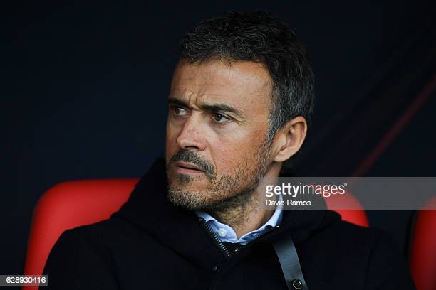 Head coach Luis Enrique of FC Barcelona looks on during the La Liga match between CA Osasuna and FC Barcelona at Sadar stadium on December 10 2016 in...