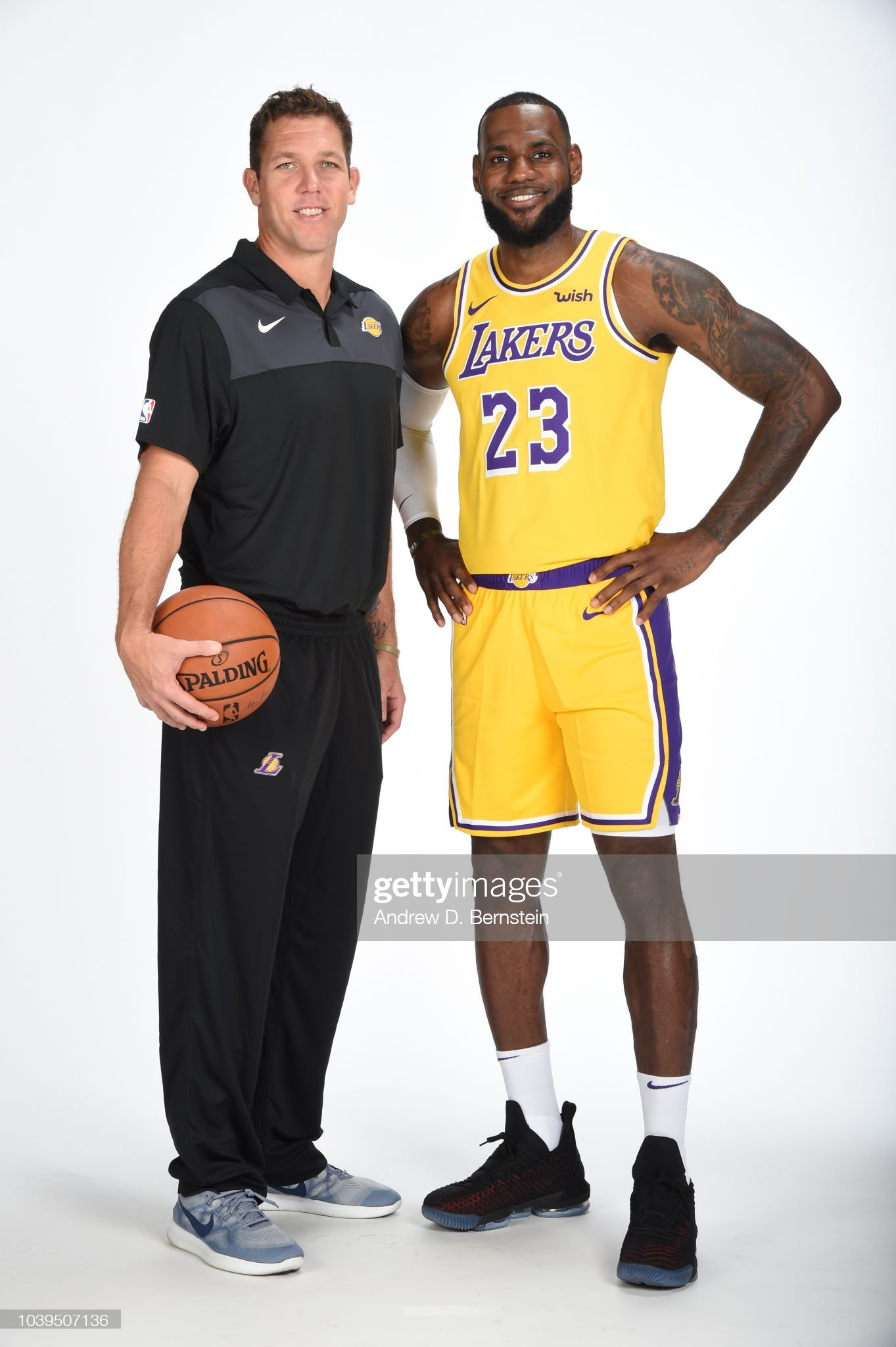 ¿Cuánto mide LeBron James? - Altura - Real height Head-coach-luke-walton-and-lebron-james-of-the-los-angeles-lakers-a-picture-id1039507136?s=2048x2048