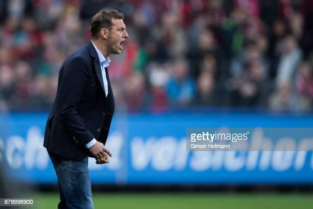 Head coach Markus Weinzierl of Schalke reacts during the Bundesliga match between SC Freiburg and FC Schalke 04 at SchwarzwaldStadion on May 7 2017...