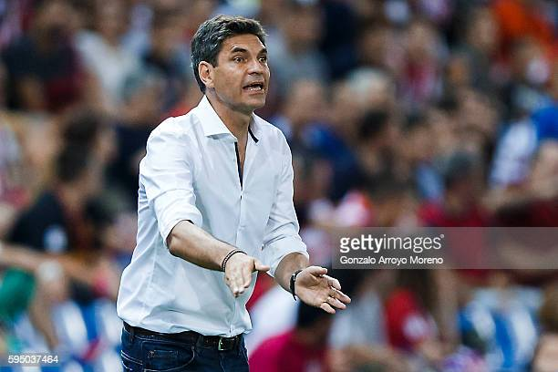 Head coach Mauricio Pellegrino of Deportivo Alaves gives instructions during the La Liga match between Club Atletico de Madrid and Deportivo Alaves...