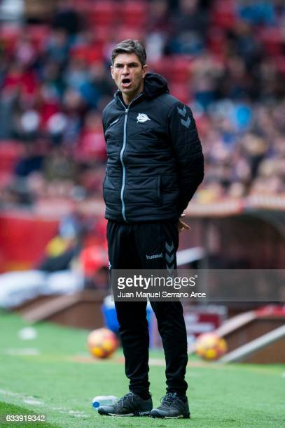Head coach Mauricio Pellegrino of Deportivo Alaves reacts during the La Liga match between Real Sporting de Gijon and Deportivo Alaves at Estadio El...