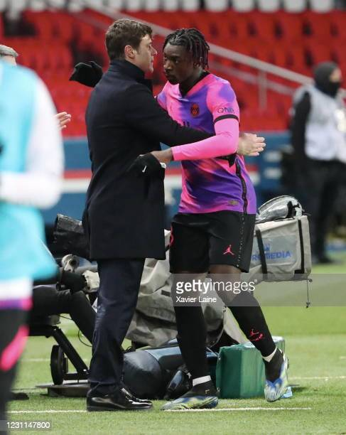 Head coach Mauricio Pochettino of Paris Saint-Germain hugs Moise Kean during the Ligue 1 match between Paris Saint-Germain and OGC Nice at Parc des...
