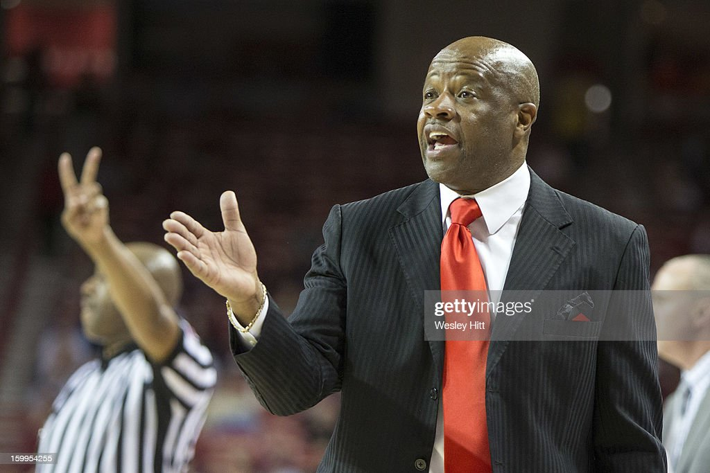 Head Coach Mike Anderson of the Arkansas Razorbacks talks to his team during a game against the Mississippi State Bulldogs at Bud Walton Arena on January 23, 2013 in Fayetteville, Arkansas. The Razorbacks defeated the Bulldogs 96-70.