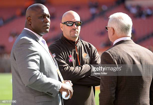 Head coach Mike Pettine of the Cleveland Browns talks with general manager Ray Farmer and owner Jimmy Haslam during warmups prior to the game against...