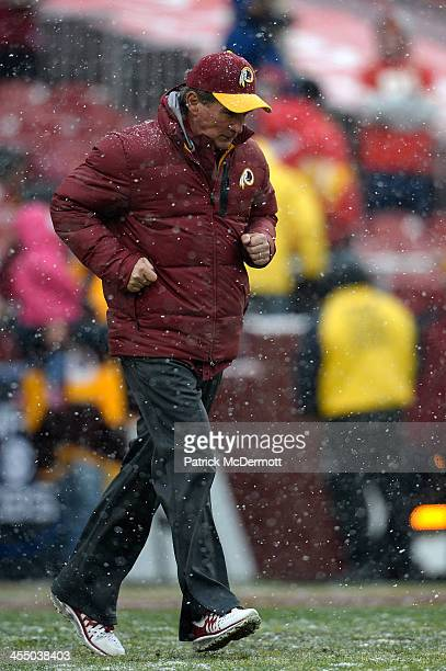 Head coach Mike Shanahan of the Washington Redskins watches warmups before an NFL game between the Kansas City Chiefs and Washington Redskins at...