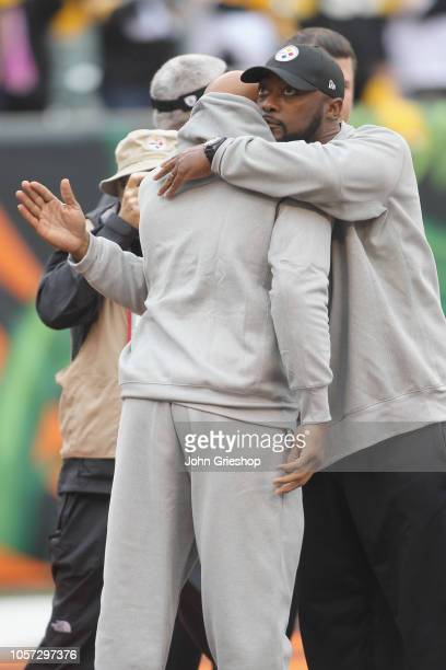 Head coach Mike Tomlin of the Pittsburgh Steelers hugs Ryan Shazier before the game against the Cincinnati Bengals at Paul Brown Stadium on October...