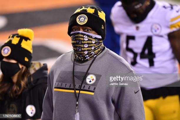 Head coach Mike Tomlin of the Pittsburgh Steelers looks on during halftime at Paul Brown Stadium on December 21, 2020 in Cincinnati, Ohio.