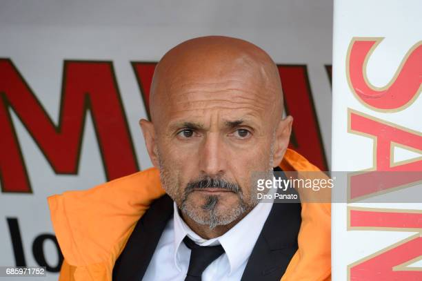 Head coach of AS Roma Luciano Spalletti looks on during the Serie A match between AC ChievoVerona and AS Roma at Stadio Marc'Antonio Bentegodi on May...