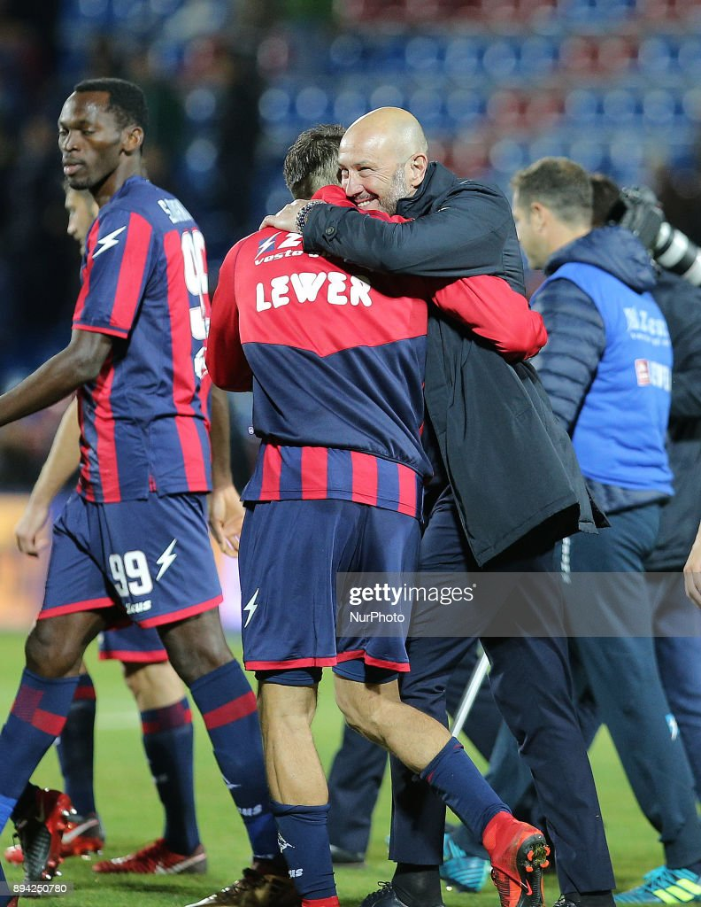 Head coach of Crotone Walter Zenga celebrates with his players the win of the Serie A match between FC Crotone and AC Chievo Verona at Stadio Comunale Ezio Scida on December 17, 2017 in Crotone, Italy.