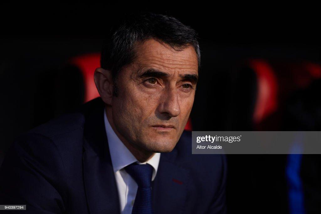 Head Coach of FC Barcelona Ernesto Valverde looks on the La Liga match between Sevilla CF and FC Barcelona at Estadio Ramon Sanchez Pizjuan on March 31, 2018 in Seville, Spain.