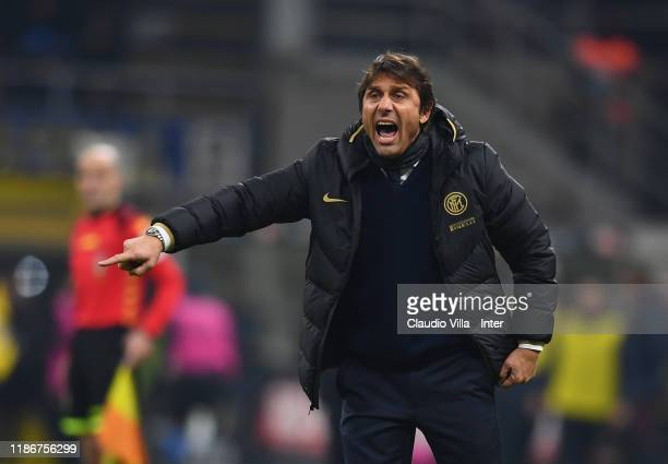 Head coach of FC Internazionale Antonio Conte shouts instructions to his players during the Serie A match between FC Internazionale and AS Roma at...
