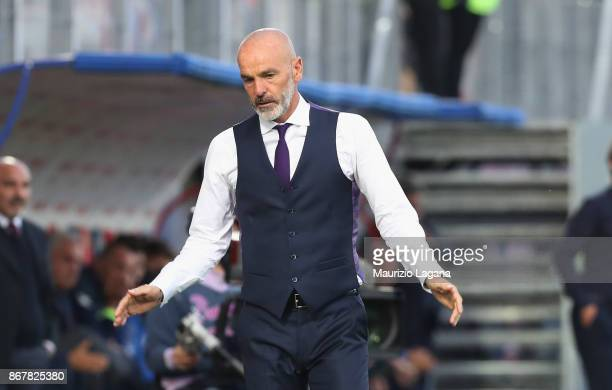 Head coach of Fiorentina Stefano Pioli shows his dejection during the Serie A match between FC Crotone and ACF Fiorentina at Stadio Comunale Ezio...